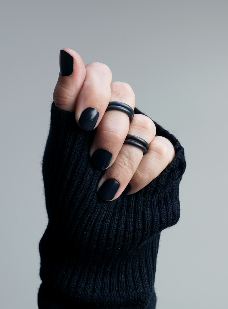 13 pieces of black jewelry you can wear every day // black stacking midi rings
