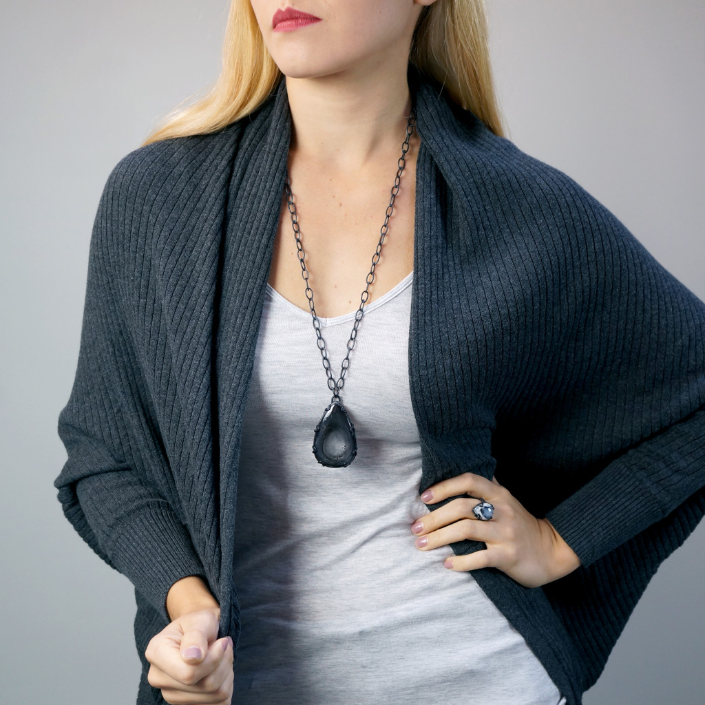 13 pieces of black jewelry you can wear every day // long Contra Noir pendant