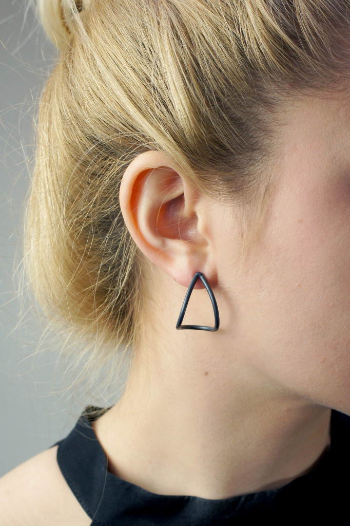 13 pieces of black jewelry you can wear every day // black curve post earrings