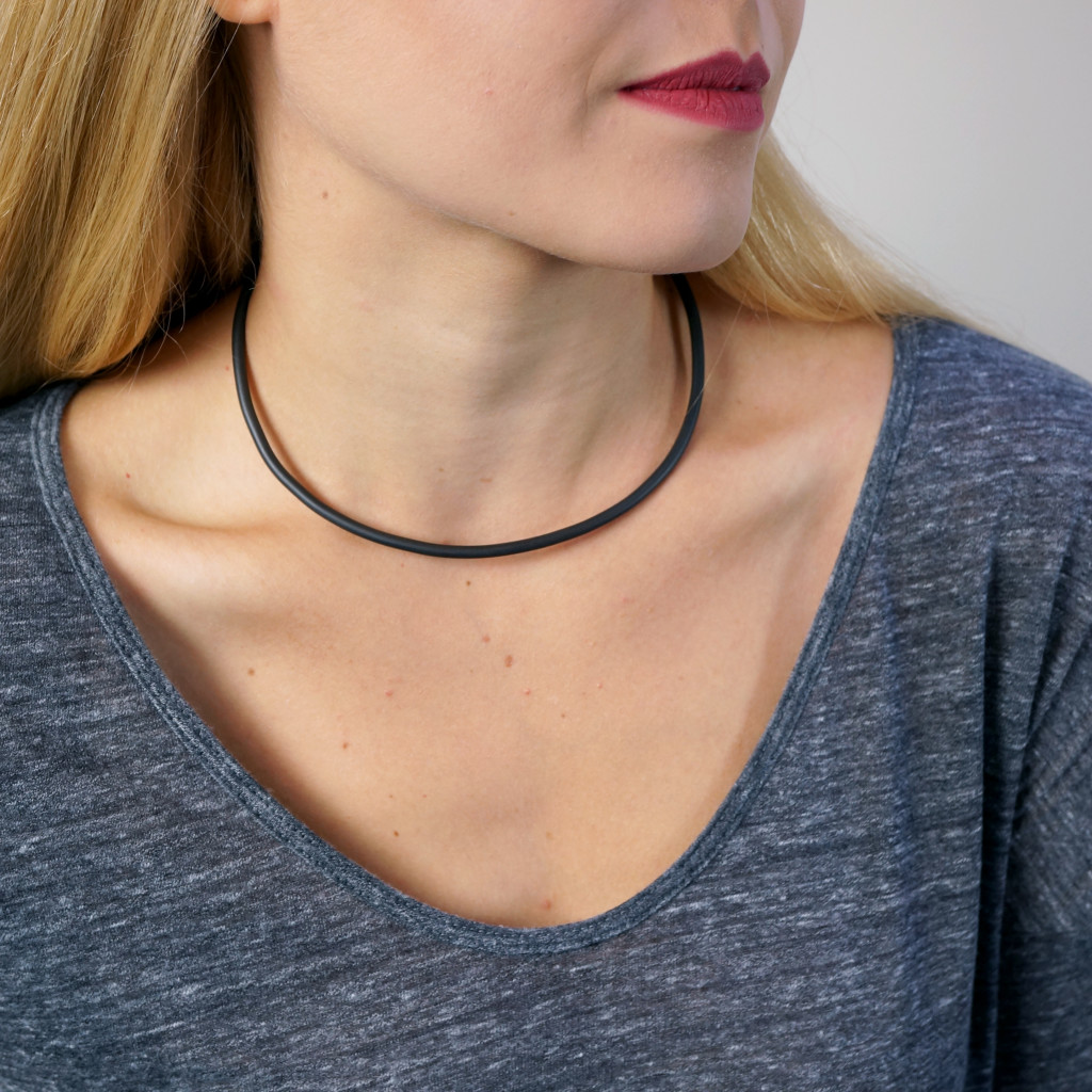 13 pieces of black jewelry you can wear every day // simple collar necklace